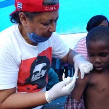 medicos_cubanos_haiti_vacunan-380x380
